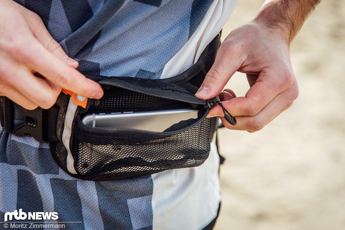 In der Netztasche finden auch etwas größere Smartphones Platz, wo sie leicht erreichbar, aber nicht gegen Nässe geschützt sind