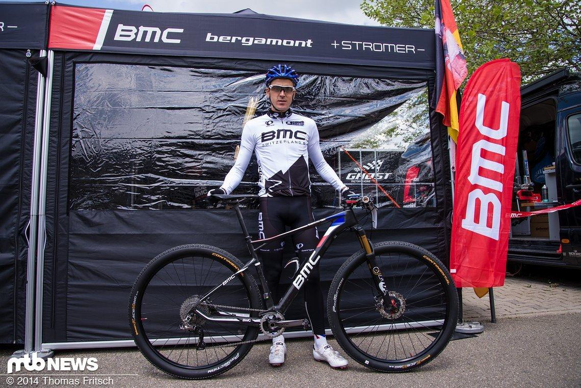 Gesamtführender Julien Absalon mit seinem BMC Teamelite in der Lackierung des französischen Meisters.