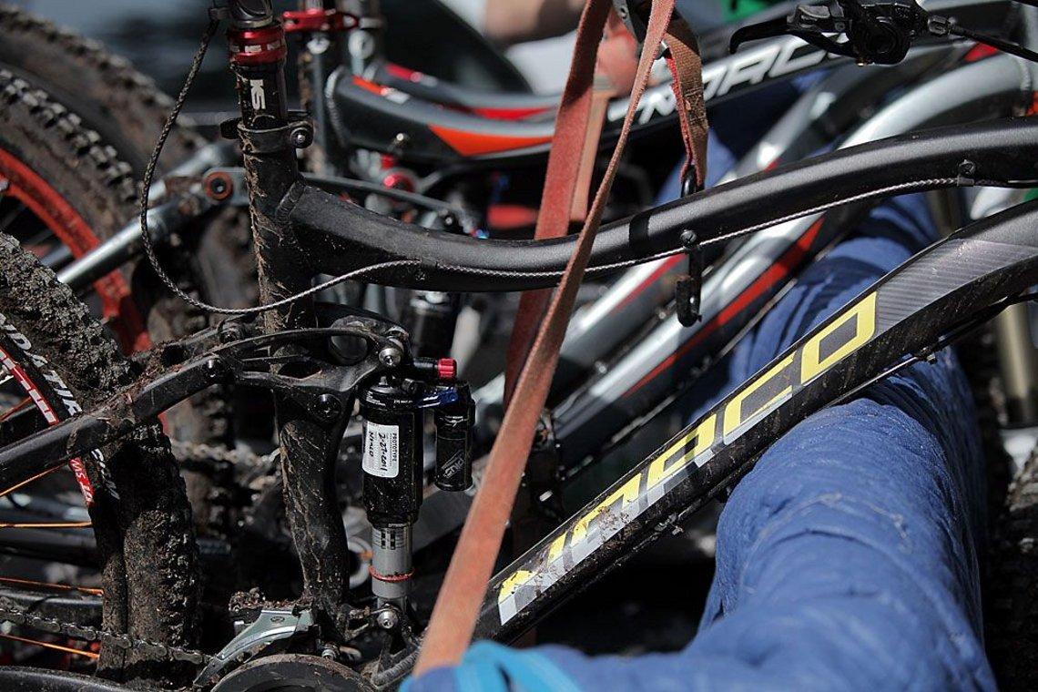 Bikes hinten auf die Ladefläche und ab geht´s!