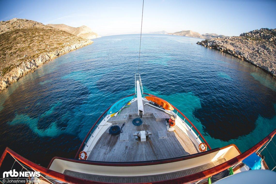 Meerenge vor Symi. Der Tag ist mit Highlights noch nicht durch – denn die Hafeneinfahrt in Symi in der Abenddämmerung wird...