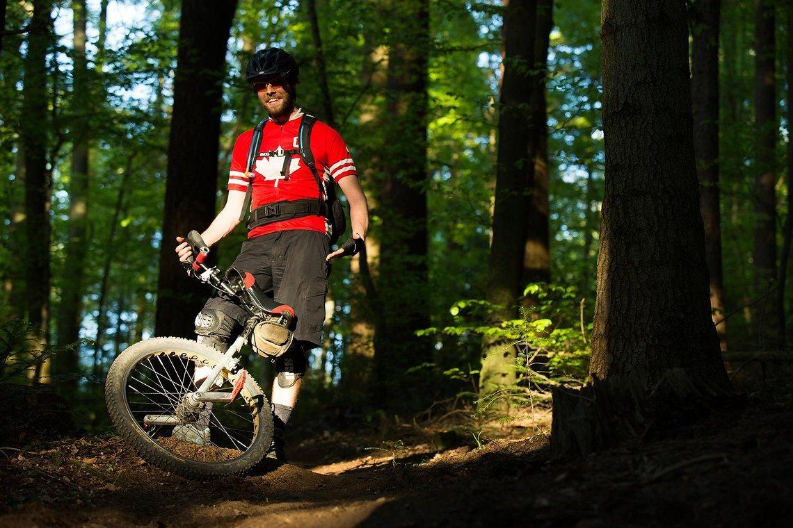 Das ein neuer Trail in Freiburg gebaut wurde, spricht sich nicht nur bei Mountainbikern rum. Armin wird wohl für lange Zeit der einzige sein, der mit einem Einrad den Trail erfolgreich befahren hat.