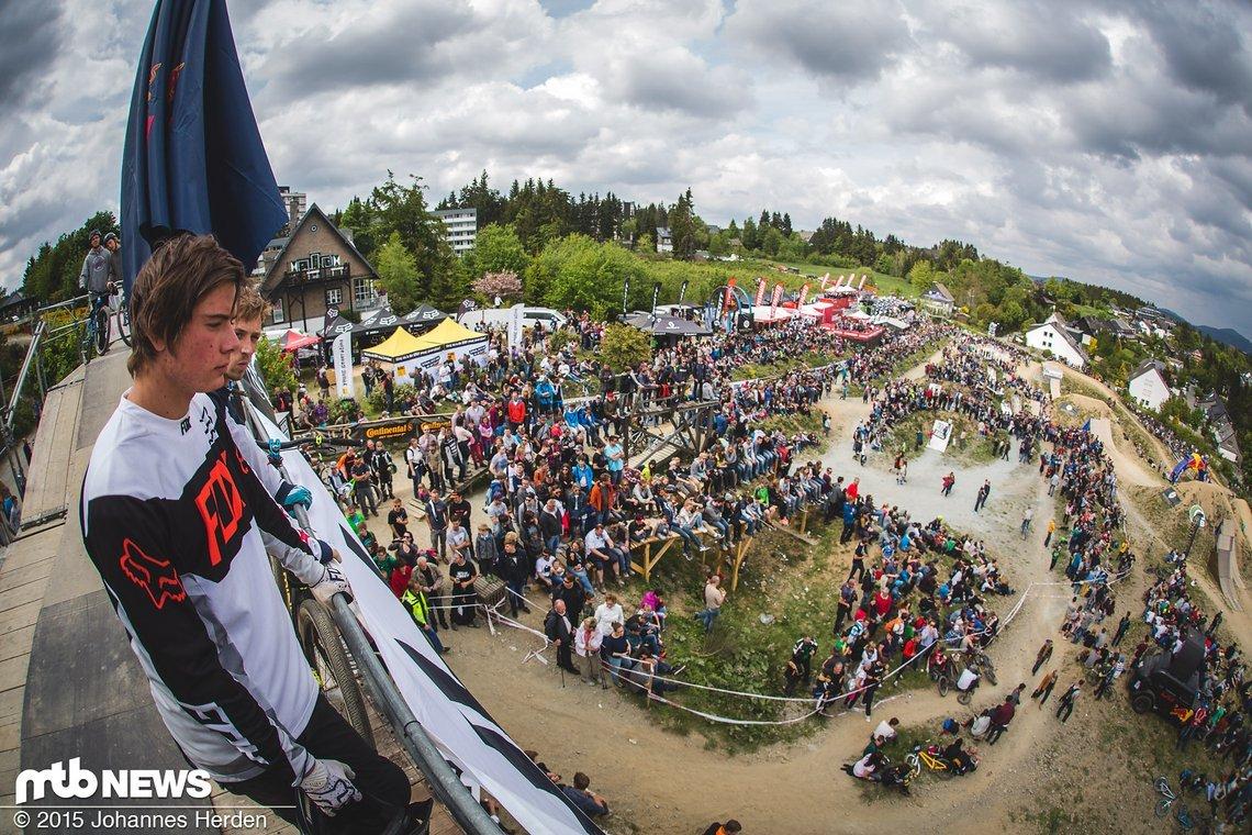 Ganz schön windig: Nico Scholze und Patrick Schweika gucken beim Finale vom Startturm