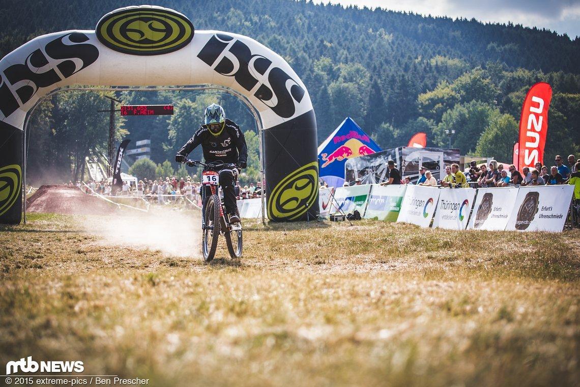 Hochsommer! Auf dem legendären Kurs am Inselsberg bringt Fabian Heim sein Rad über die Ziellinie
