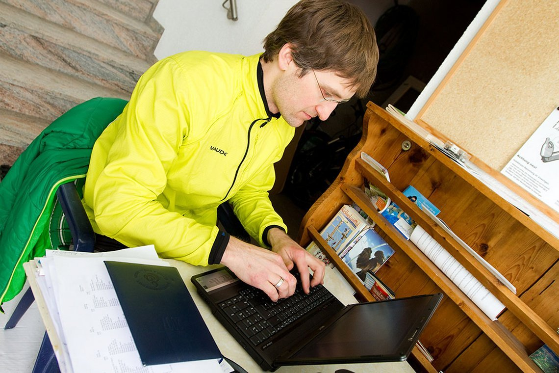 Alle Gedanken sofort aufschreiben, im Idealfall steht der Schreibtisch direkt am Trail, wie hier im Vinschgau.
