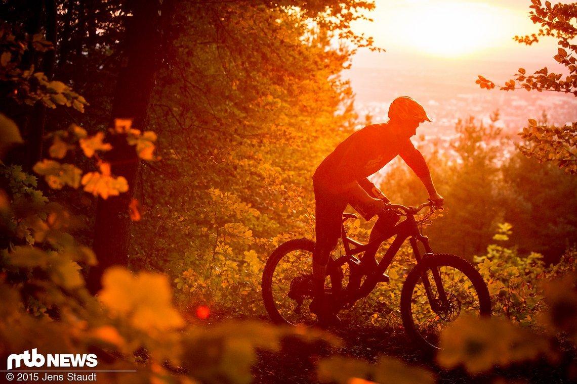 Auf dem Weg zur verdienten Feierabendrunde in den letzten Sonnenstrahlen des langen Herbstes