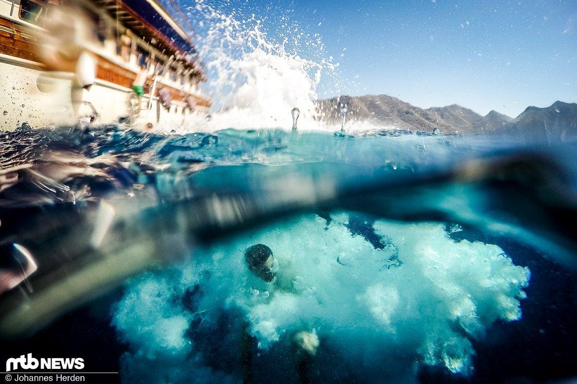 Roger im knallblauen, griechischen Buchtwasser