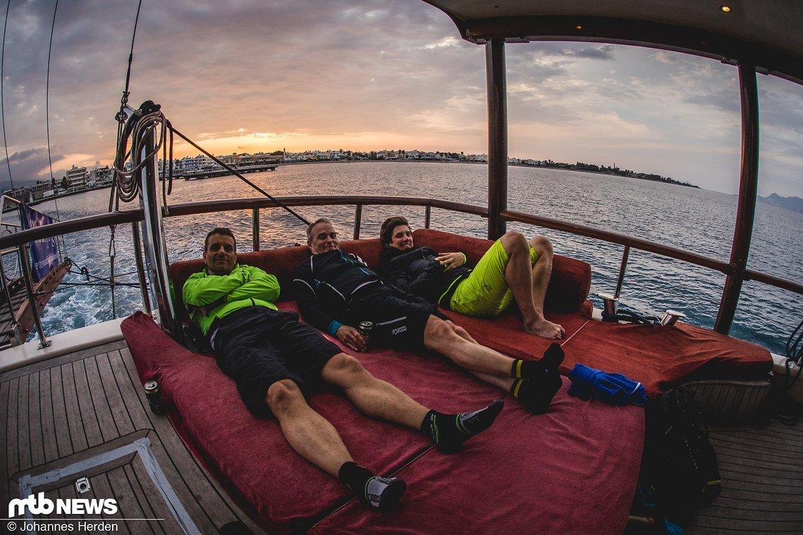 Auf dem Schiff. Peter, Christian und Philipp lockern die Beine.