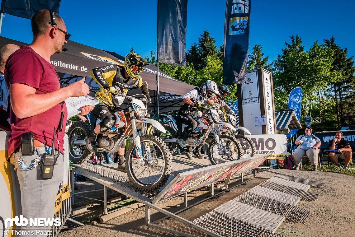 Die Motorräder wurden zu zweit auf das Gate geschoben – Riders ready!