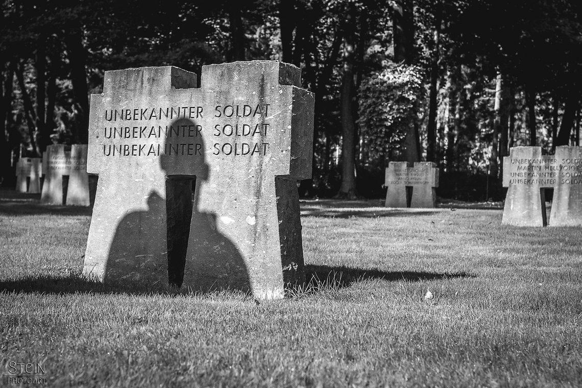 """Der Ehrenfriedhof Hürtgen entstand im Herzen des Hürtgenwaldes nördlich des einst hart umkämpften Waldgebietes """"Wilde Sau"""", inmitten eines zerstörten, verminten und felsigen Geländes. 3.001 Kriegstote bekamen auf dem Friedhof ihre letzte Ruhe."""