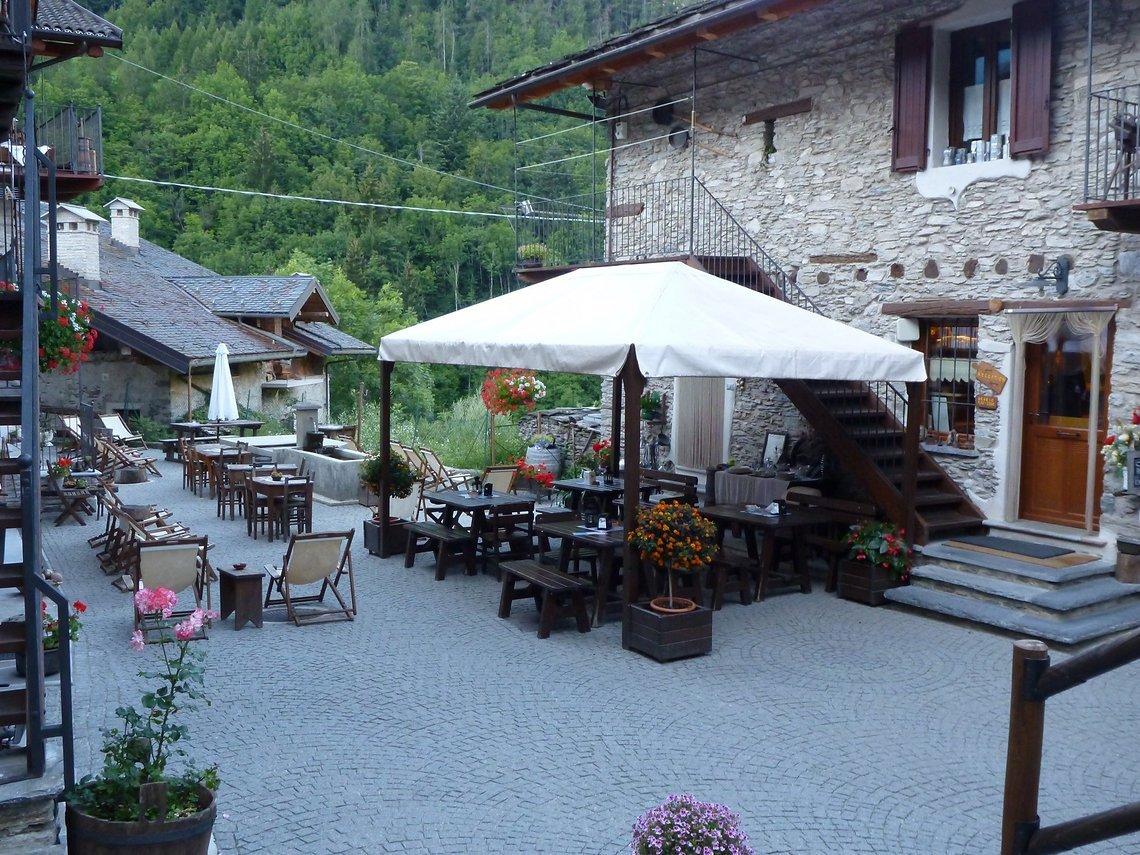 Das Ceaglio befindet sich am Fuß der Gardetta-Hochebene im oberen Valle Maira auf 1223 m an der alten Dorfstrasse im Ortsteil Vernetti der Gemeinde Marmora inmitten einer Kulturlandschaft.