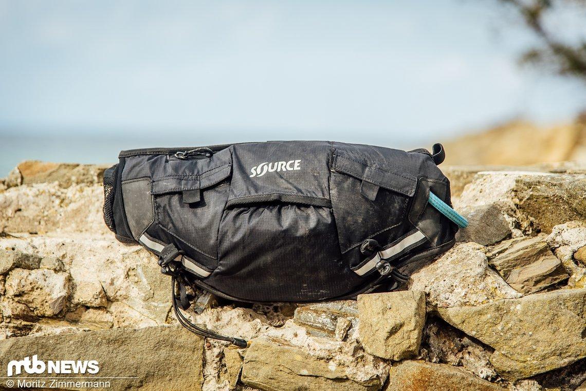 Unser Source Hipster kam in schlichtem Schwarz daher, alternativ ist die Hüfttasche auch in orange und lila erhältlich.