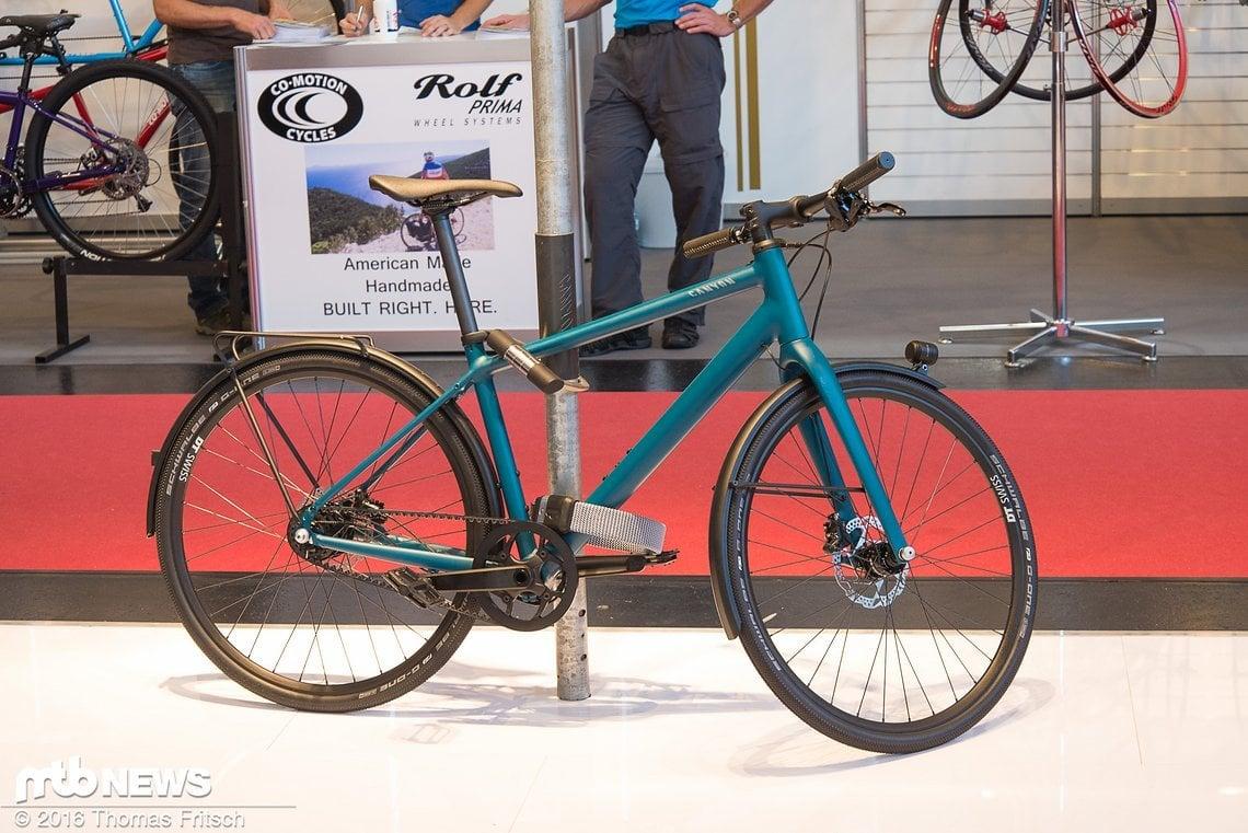 Schickes Stadtrad mit kompletter Ausstattung, die es für den Weg zur Arbeit braucht.