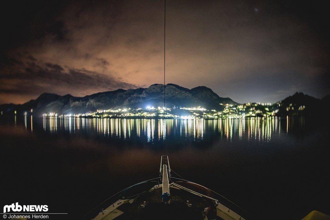 In der Bucht von Kalymnos. Sphärische Aussicht um Mitternacht an Deck