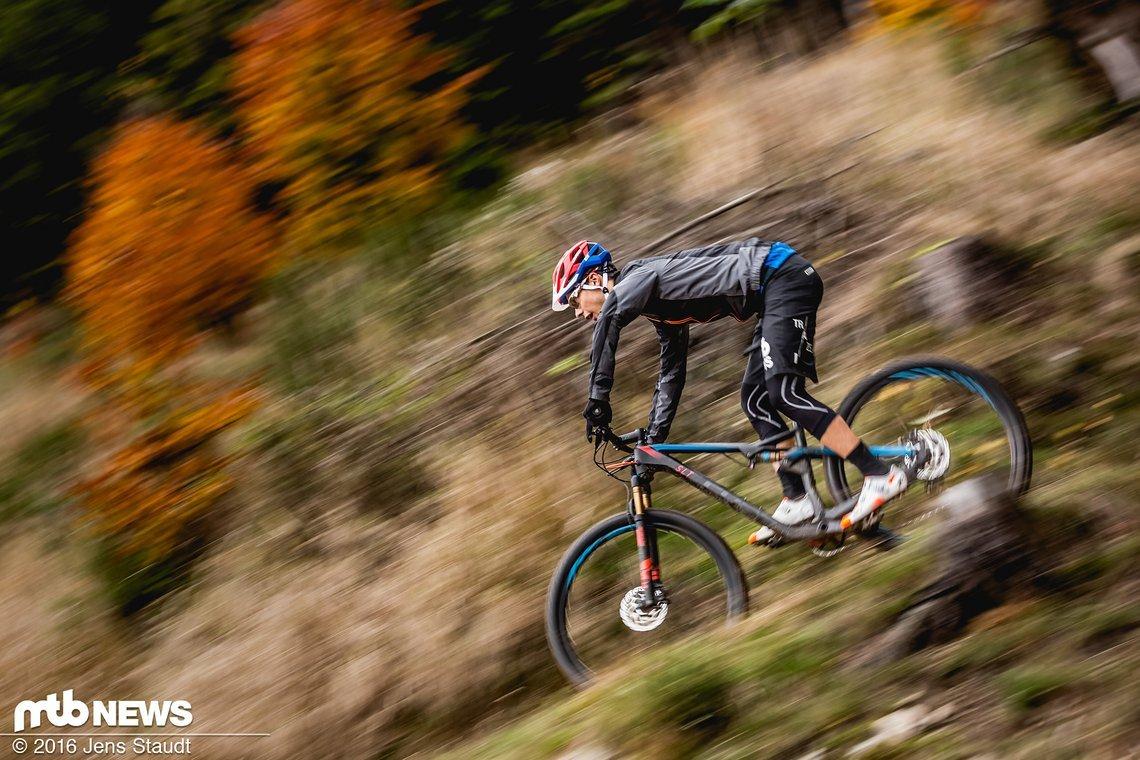 Auf schnellen Downhills mit wenig Hindernissen spielt das Fahrwerk seine Stärken aus
