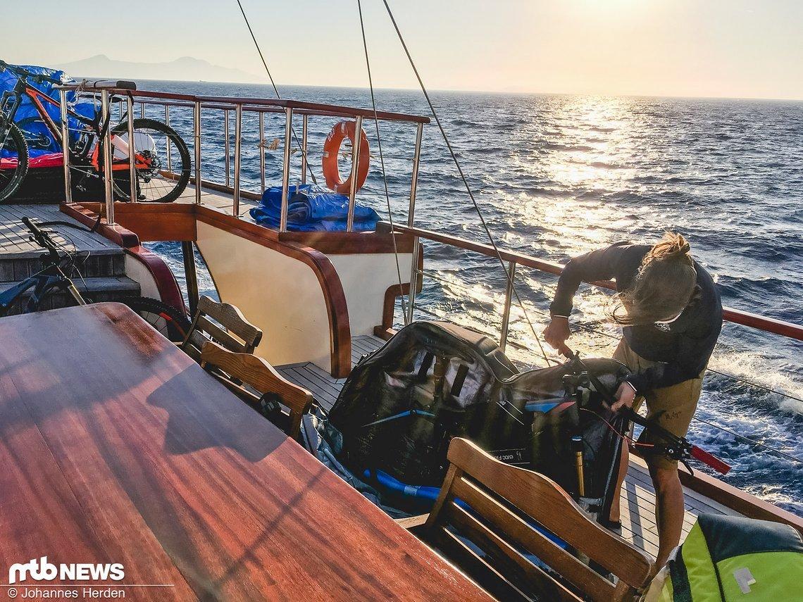 Challenge: Auf See werden die Bikes in die Taschen eingepackt