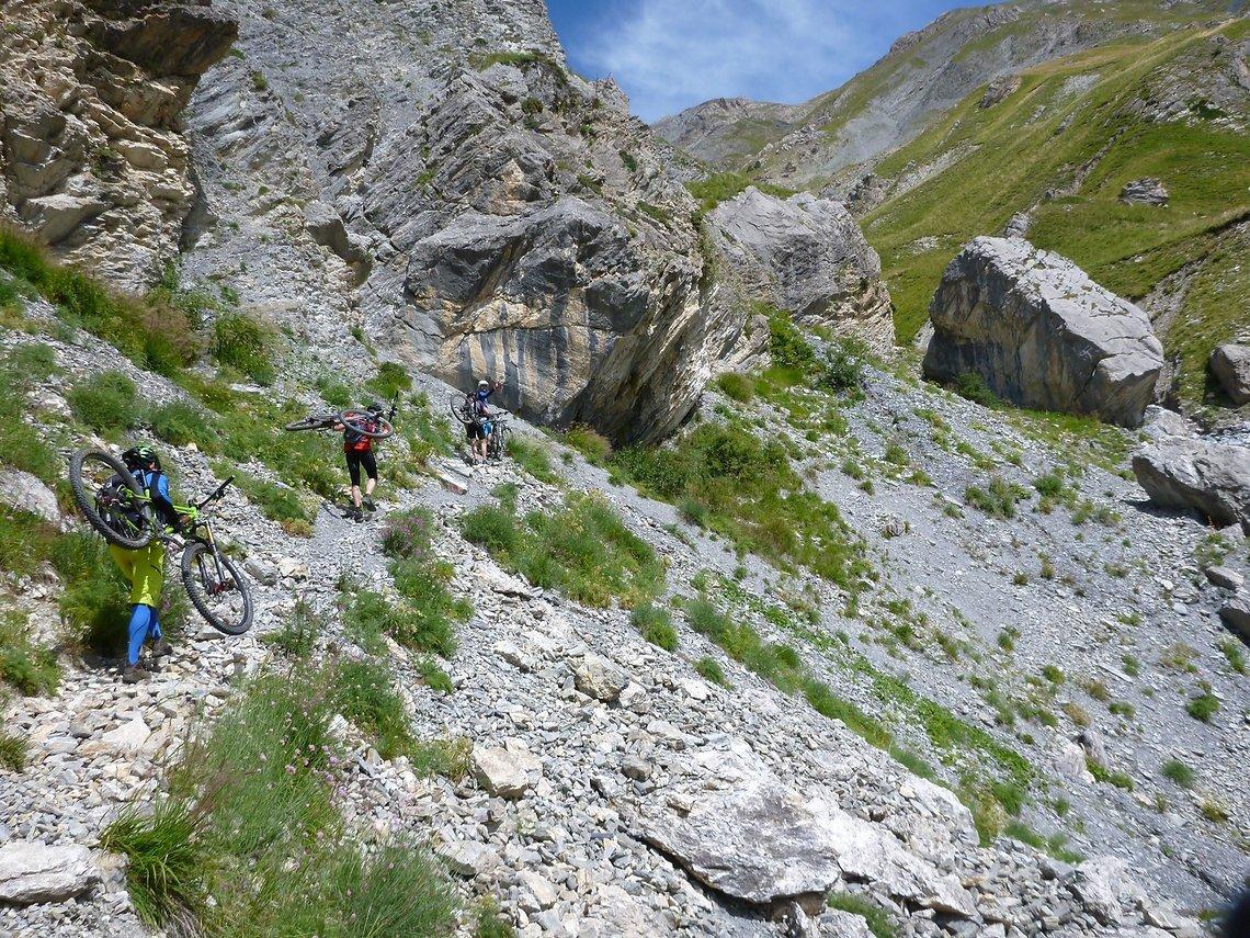 Tragepassage zu den güldenen Gräsern auf dem Weg zum Colle di Salsas Blancias.