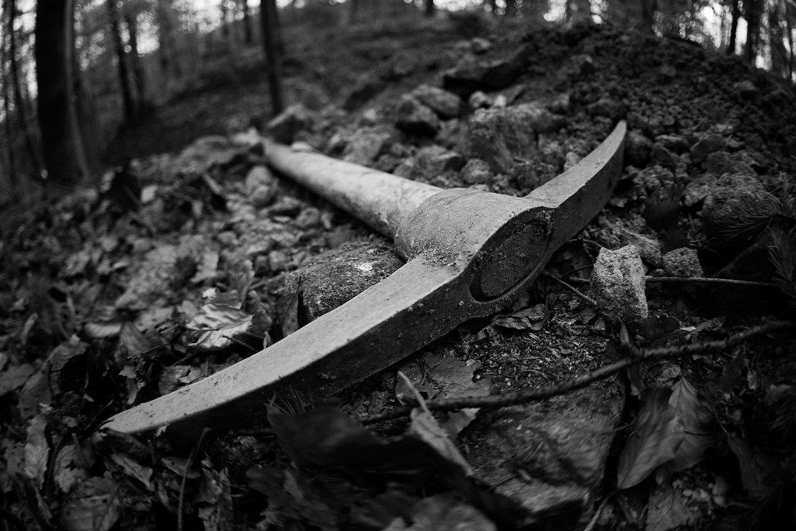 Wenn ein Trail von Hand entstehen soll, braucht es gutes Werkzeug. Die Spitzhacke war eines der Werkzeuge, das wohl sehr, sehr häufig benutzt wurde.