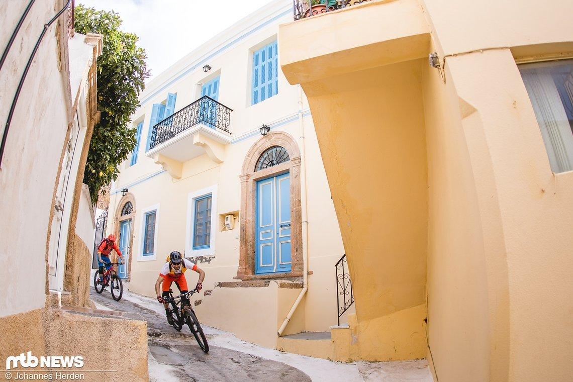 Griechenland pur - bis zum Hafen lässt es sich entspannt durch die Gässchen cruisen
