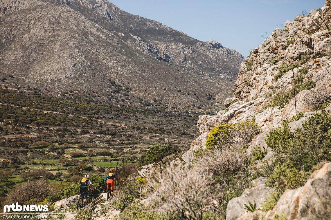 Nach einigen Kilometern in der Ebene geht es einen weiteren natürlichen Trail am Hang entlang
