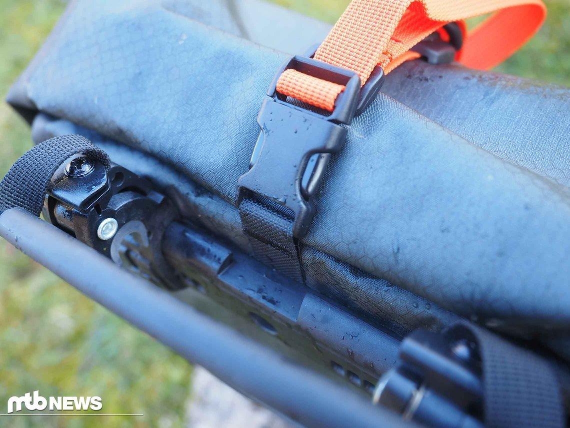 Der praktische Rollverschluss sorgt in Kombination mit den verwendeten Materialien dafür, dass der Gravel-Pack wasser- und staubdicht ist.