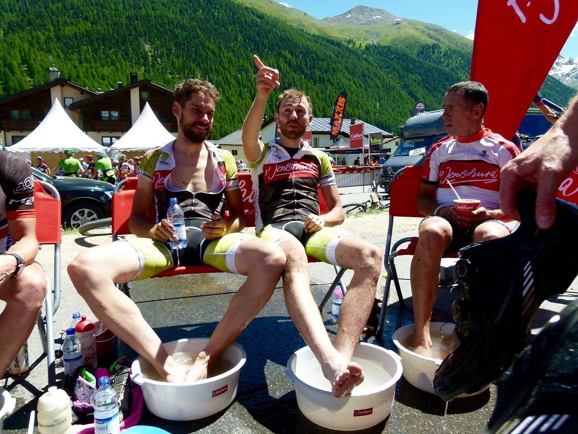 Nach dem Rennen wird entspannt – beim Jentschura-Fußbad...