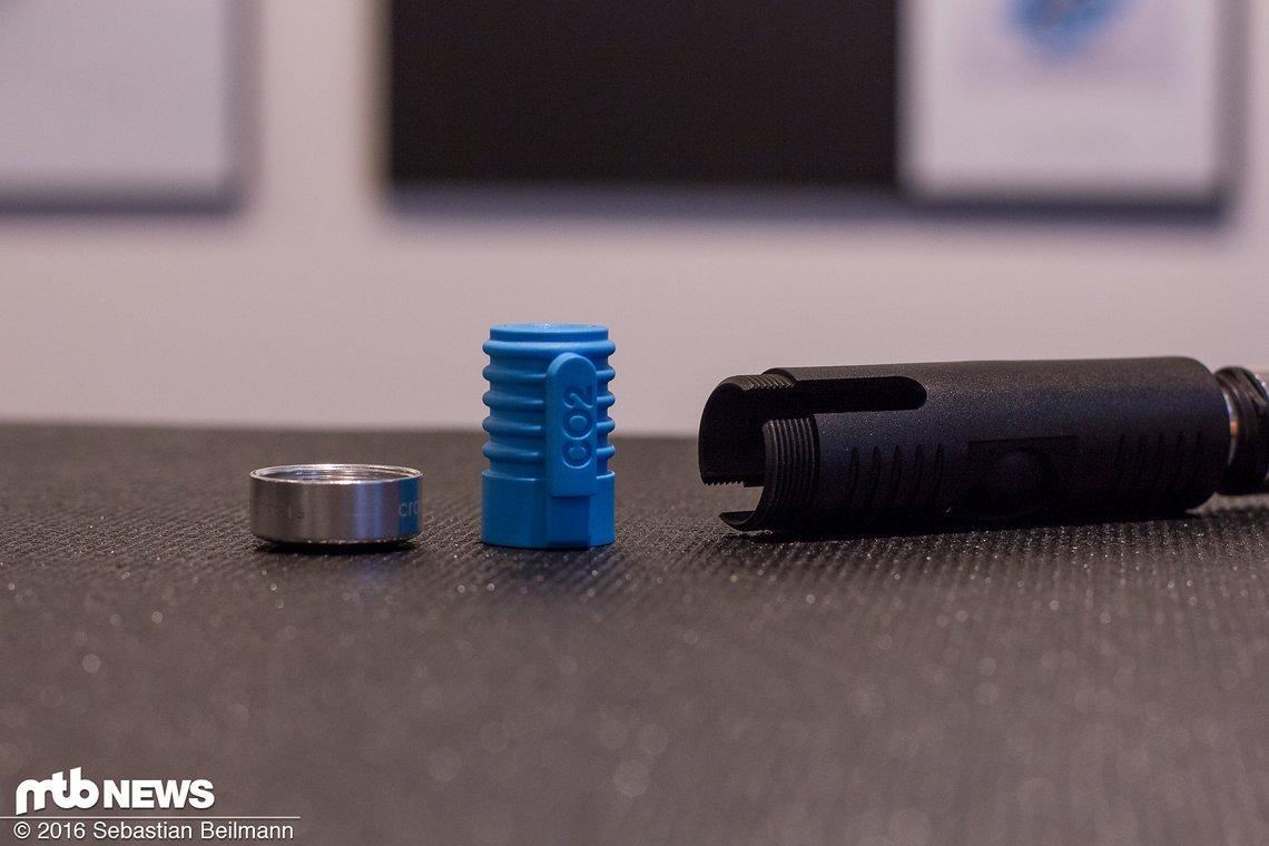 Nimmt man den Deckel ab, lässt sich aus dem klappbaren Griff ein Adapter für CO2 Kartuschen entnehmen