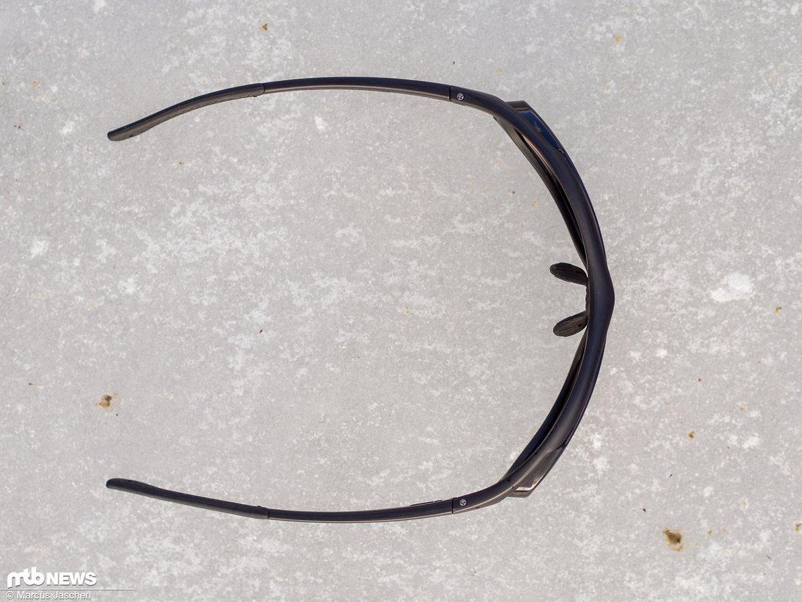 Der Draufblick zeigt die anatomisch angepasste Form der Brille