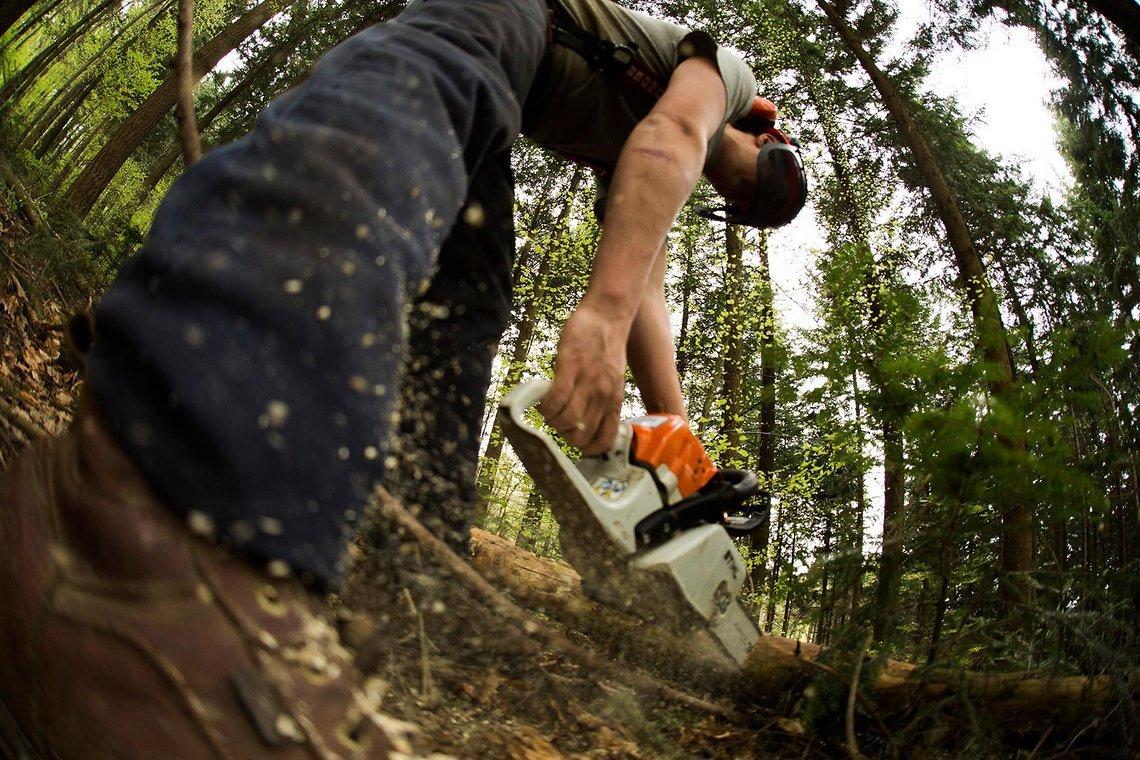 Ist es eine Art von Ironie, wenn Kanadier in Deutschland einen Kettensägenschein machen müssen, um Trails bauen zu dürfen, so wie sie es in ihrem Heimatland Tag für Tag tun?