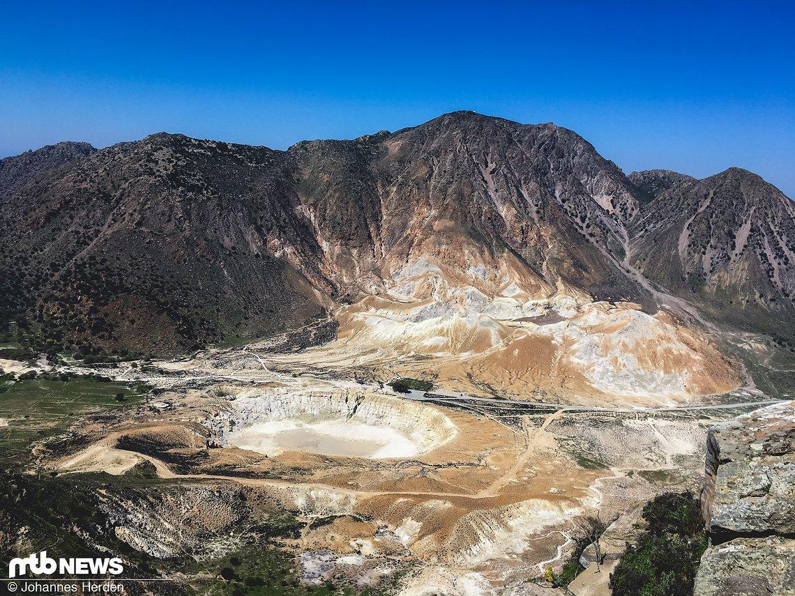 Der Vulkan sieht von hier oben eher wie Nepomuks Kraterchen aus der Augsburger Puppenkiste aus (Gemeinsamkeit: beide rauchen nicht)