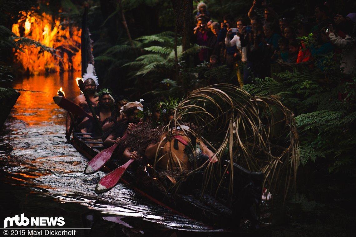 Māori-Krieger fahren auf einem traditionellen Waka (Kanu) durch die Weiten Neuseelands.