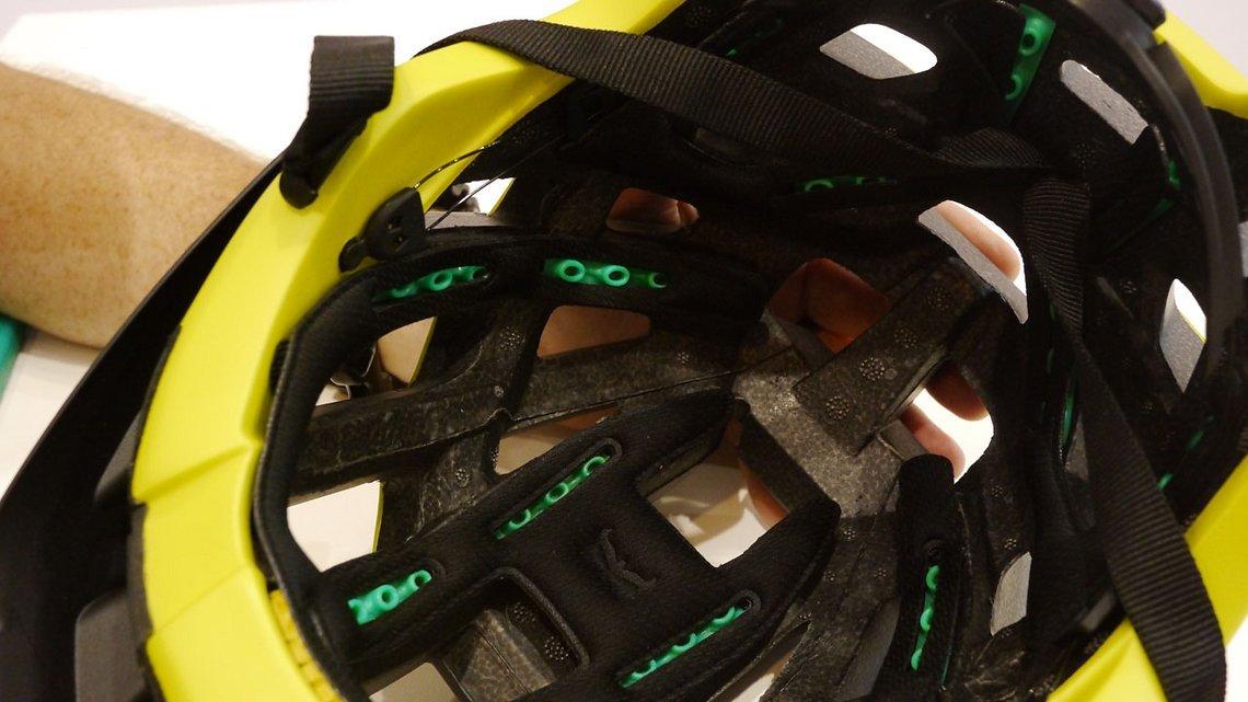 Armourgel Pads im Helminneren - die Pads sollen bei einem Crash den Aufprall um 20-25% reduzieren