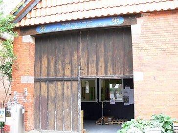 Der Eingang zur CNC-Werkstatt steht unter besonderen Schutz.