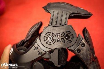 ...und der Knieschutz über der Kniescheibe positioniert bleibt. Die Lagerung wurde von Kugel auf Gleitlager geändert.