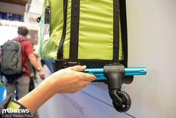 Alternativ kann eine schwenkbare Rolle eingeklickt werden wodurch die Radtasche noch bequemer gerollt werden kann.