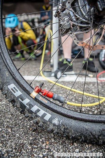 Über das rote Ventil wird der Reifen befüllt