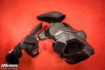 Die Orthese wird in zwei Größen und einer jeweiligen Version für das rechte und das linke Knie angeboten