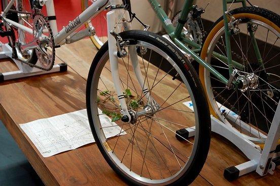 ...dafür aber mit Rennradlenker für das etwas andere Gefühl auf 20 Zoll Reifen.