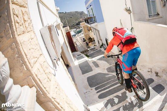 Felix macht die Bremse auf und flubbert die ersten Treppenstufen in der Stadt hinab