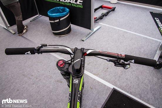 Sehr aufgeräumte Front am Bike von Manuel Fumic.