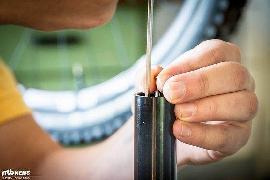 Anschließend wird die Schraube mit einem 3er Inbus angezogen, wodurch der Expander im Schaft geklemmt wird