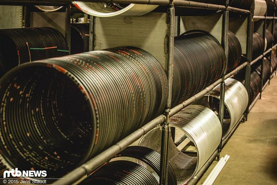 ...Carbonfelgen – hier gibt es jede Menge Grundmaterial für den Laufradbau.