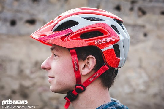Seitlich sitzt der Helm relativ hoch