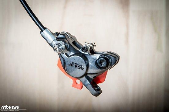 Die Bremszange ist zweiteilig ausgeführt und ebenfalls aus Magnesium gefertigt