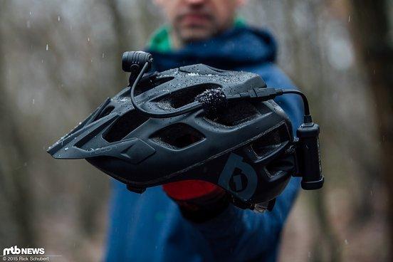 Der SmartCore-Akku wird auch am Helm befestigt