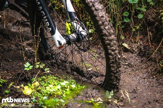 """Das 27,5"""" Bike mit 2,35""""-Reifen steckt schon nach wenigen Metern fest."""