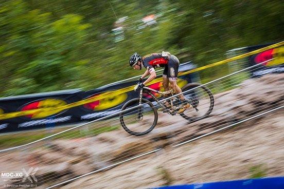Patrick Scholze von den Bad Bikers im Rockgarden mit dem absolut richtigen Gerät. Meist fährt das Fahrerfeld aber bewährte Hardtails.