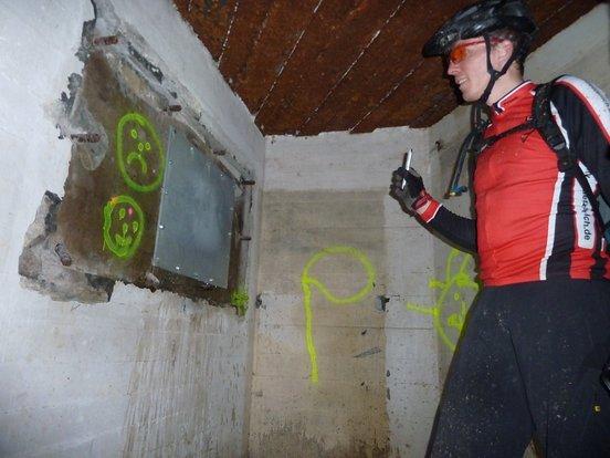Im Bunker vor einer versiegelten Schießscharte.