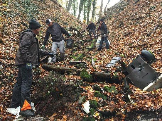 Trailsurfer befreien den Wald von Müll und Schrott am Woodland Cleaning Day