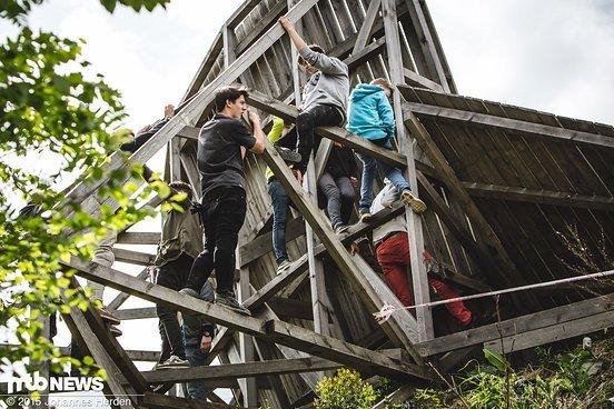 Die Stützen des Wallrides wurden als Klettergerüst genutzt