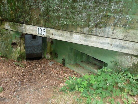 Innenhof des MG-Bunker 135 mit Eingangsverteidigung im Buhlert.